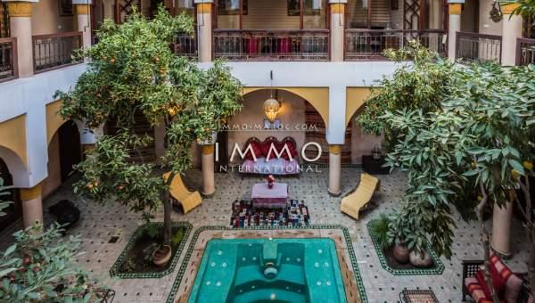 Vente riad Marocain épuré agence immobiliere de luxe marrakech Maison d'hôtes Marrakech moins de 10 minutes de la place Mouassine